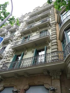 Vista completa de la fachada en aribau